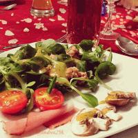 Salat mit karamellisierten Walnüssen und Seranoschinken