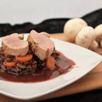 Schweinefilet an rotem Quinotto mit Schokoladenrotweinsoße