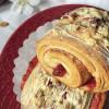 Gerolltes Preiselbeer-Gebäck mit Vanille-Tonkabohnen-Pudding