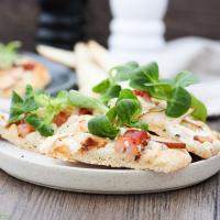 Pizza mit Ziegenkäse, Birnen und Speck