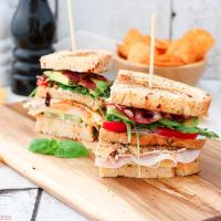 Klassisches Club Sandwich mit Chips