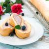 Heidelbeer-Biskuitrolle mit Rose und Vanille