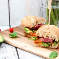 Steaksandwich mit Spargel und Avocado