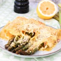 grüner Spargel im Lasagneblatt