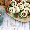 Mini-Mozzarella-Röllchen mit Rucola und getrockneten Tomaten