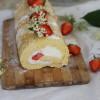 Biskuitrolle mit Holunderblütensirup und Erdbeeren