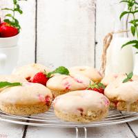 Erdbeer-Donuts mit Frischkäse-Glasur aus dem Ofen