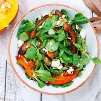 Salat mit Ofenkürbis, Birne und Granatapfel
