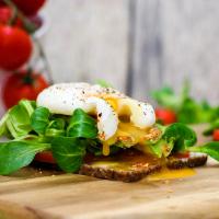 Gesundes Sandwich mit selbstgemachter Joghurtsoße