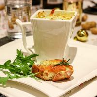 Französische Zwiebelsuppe mit überbackenem Baguette