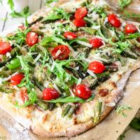 Frühlingspizza mit grünem Spargel