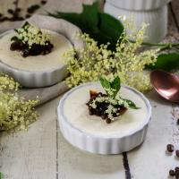 Leichte Joghurtcreme mit Holunder und Espresso-Topping