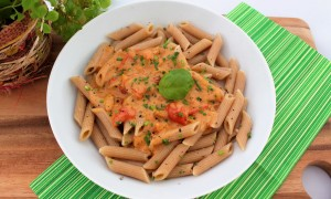 Nudeln mit Tomaten-Sahne-Soße