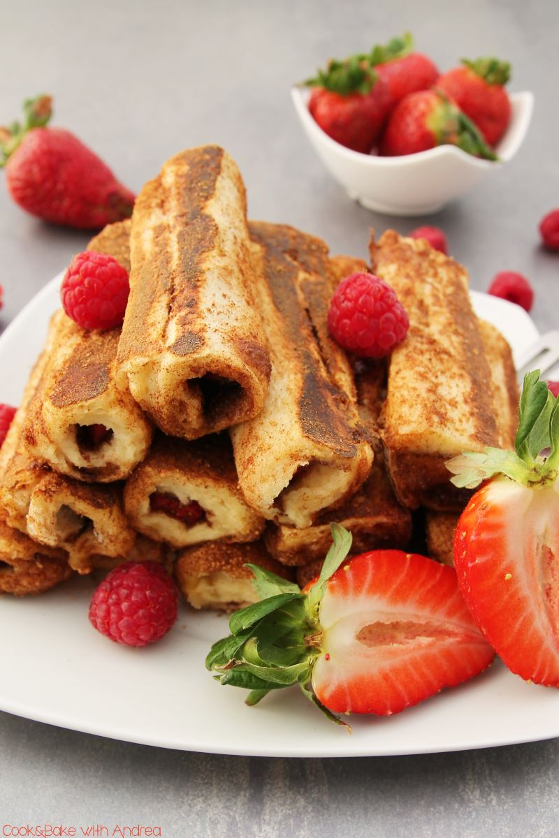 French Toast Roll Ups mit Erdbeeren und Himbeeren - www.candbwithandrea.com - Rezept 1