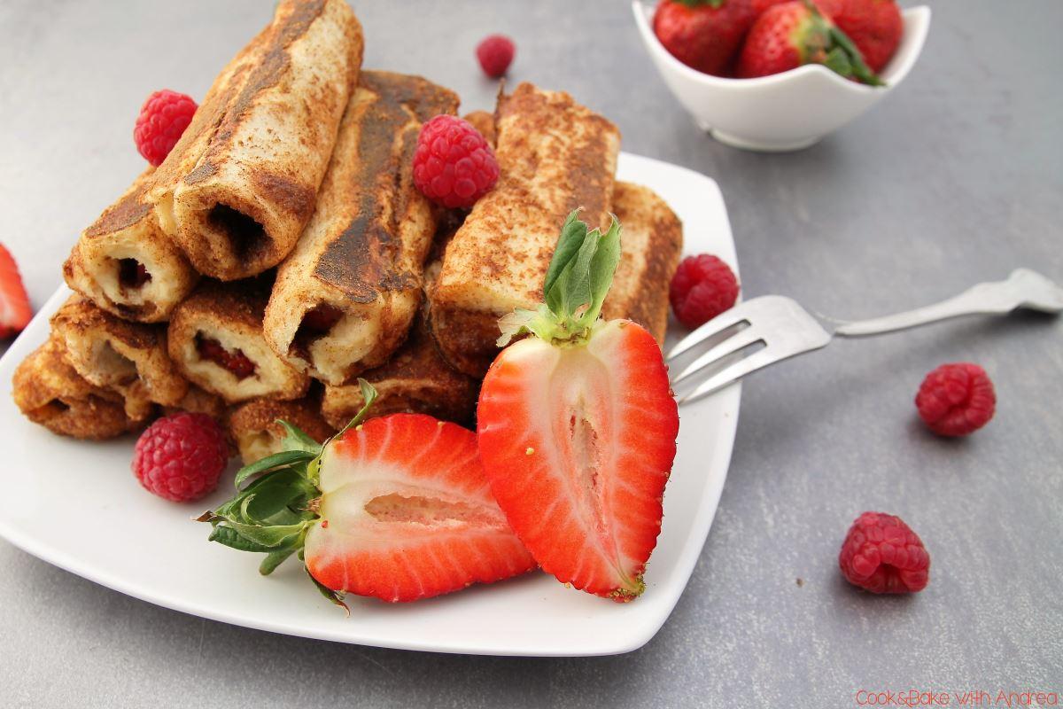 French Toast Roll Ups mit Erdbeeren und Himbeeren - www.candbwithandrea.com - Rezept