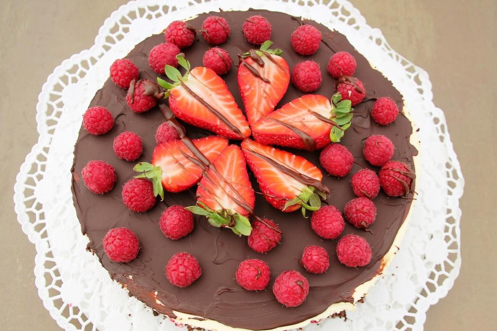 Schokomousse-Schichttorte Erdbeeren Himbeeren - www.candbwithandrea.com - Rezept