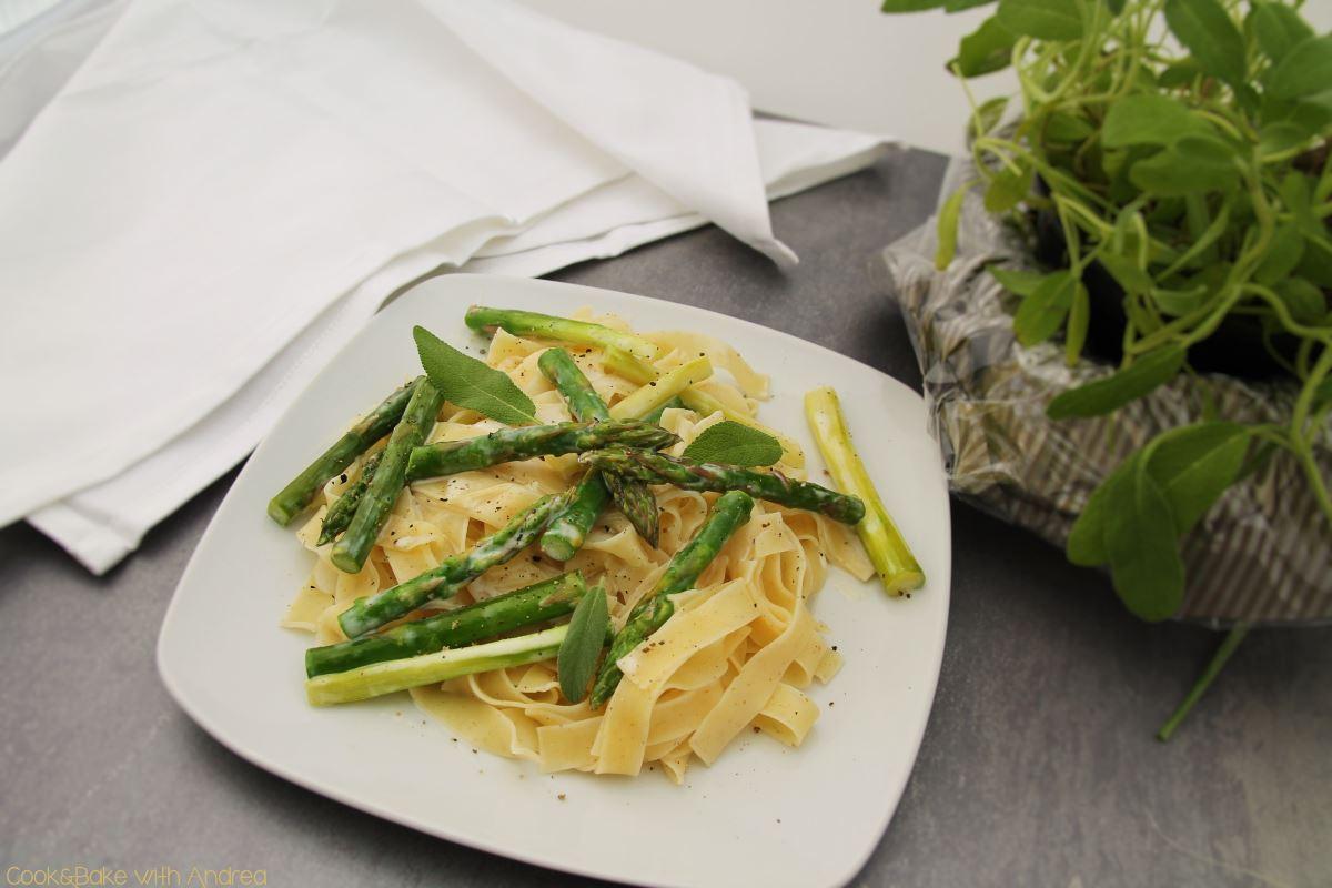 Tagliatelle mit Spargel, Salbei und Sojasahne - www.candbwithandrea.com - Rezept vegan 1