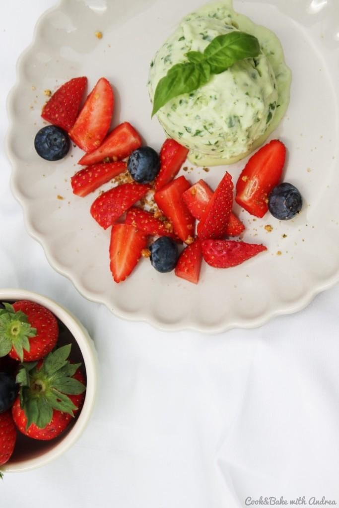 C&B with Andrea - Basilikum-Limetten-Eis mit Erdbeeren Rezept - www.candbwithandrea.com - Sommer2-min
