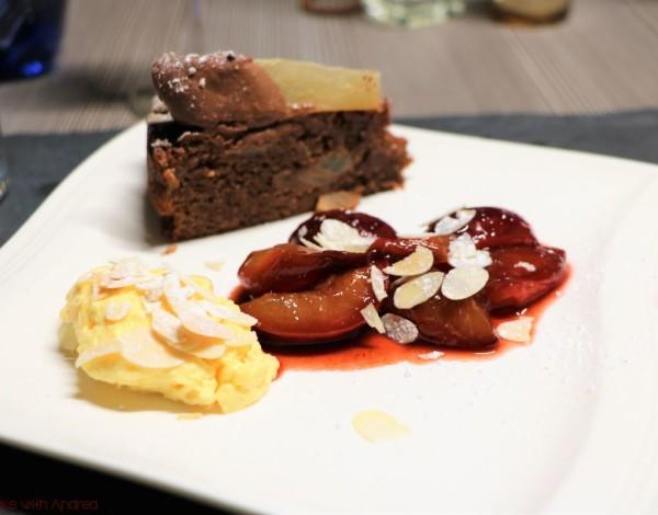 Mandelmousse mit Rotweinpflaumen und Gewürzkuchen