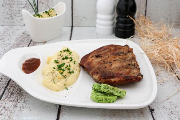 Im Sommer gibt es doch nichts Besseres als ein gemütlicher Grillabend! Ich habe mich an einem typisch bayerischen Gericht versucht: Schweinerippchen mit Erdäpfelkäse. Ein Muss beim nächsten Grillfest! Das Rezept gibt es auf dem Blog von Cook and Bake with Andrea.