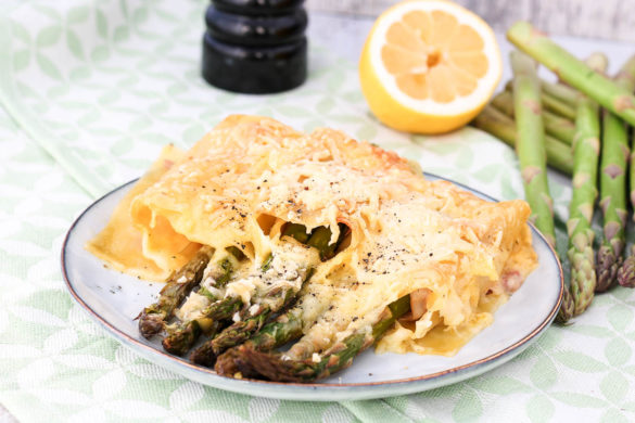 Der Frühling zeigt sich inzwischen von seiner schönsten Seite und mit ihm kommt die Spargelsaison. Deswegen gibt es auf Cook and Bake with Andrea unter anderem dieses leckere Rezept für grünen Spargel im Lasagneblatt. Das Gericht wird mit Sauce Hollondaise verfeinert und mit Käse überbacken.