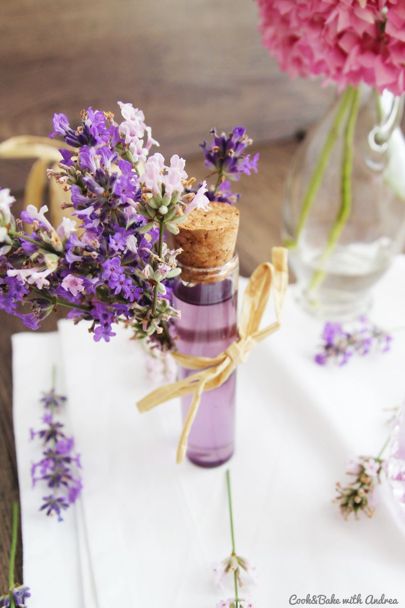 Im Sommer blüht alles auf wie zum Beispiel Lavendel oder Holunder. Ich habe das mega leichte Rezept für leckeren Lavendel- bzw. Holunderblütensirup für euch, mit dem ihr nicht nur Desserts und Cocktails wie z.B. Hugo selber machen und aufpimpen könnt. Das Rezept gibt´s auf Cook&Bake with Andrea.