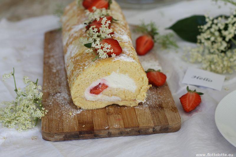 Die liebe Irena von FlotteLotte hat mir passend zum Sommer ein leckeres Rezept für eine Biskuitrolle mit Holunderblütensirup und Erdbeeren mitgebracht, einfach perfekt für den Sommer!