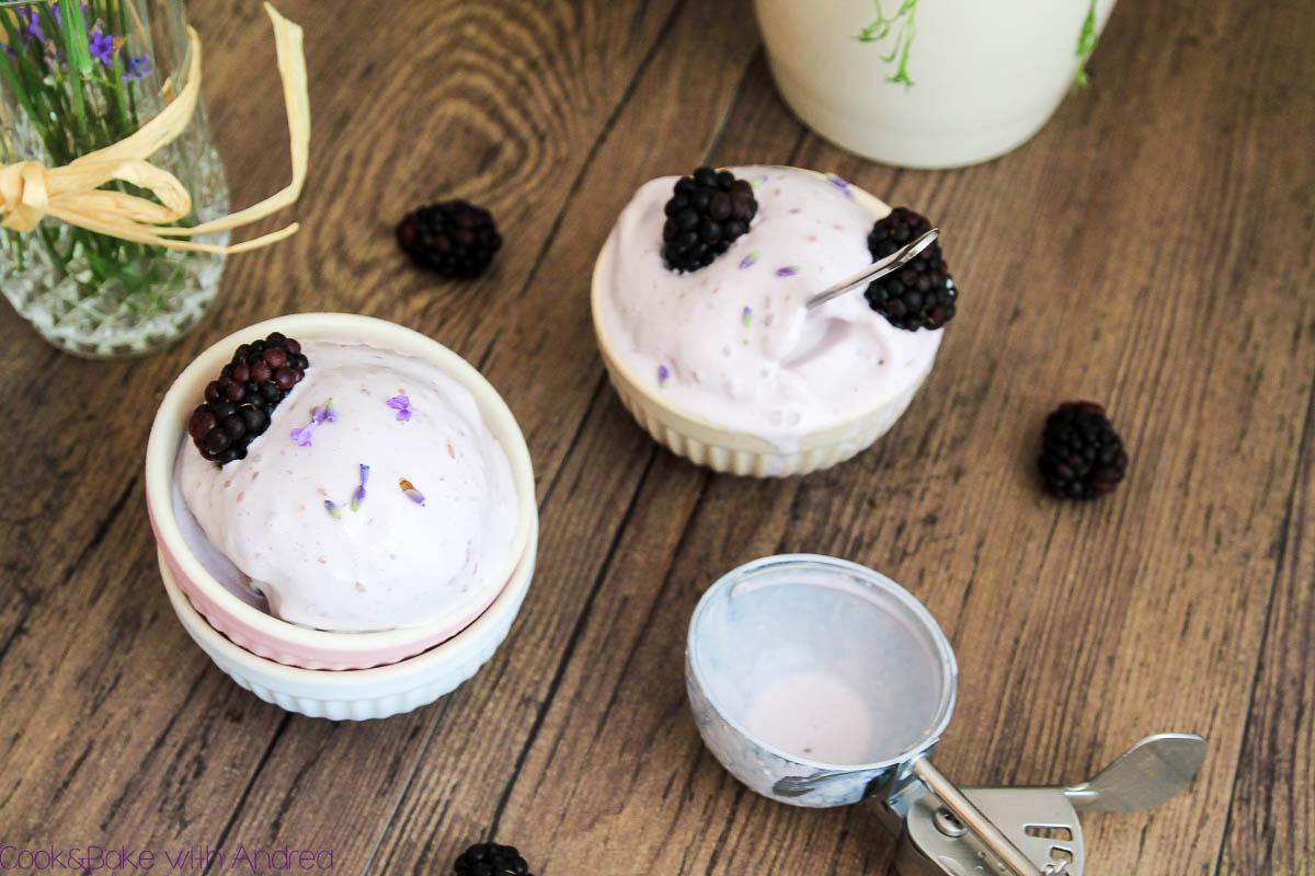 Im Sommer muss unbedingt selbstgemachtes Eis her. Ich habe mich für eine spannende Kombination aus Lavendel, Ziegenfrischkäse und Brombeeren versucht und das ganz ohne Eismaschine! Das mega einfache Rezept findet ihr bei Cook&Bake with Andrea.