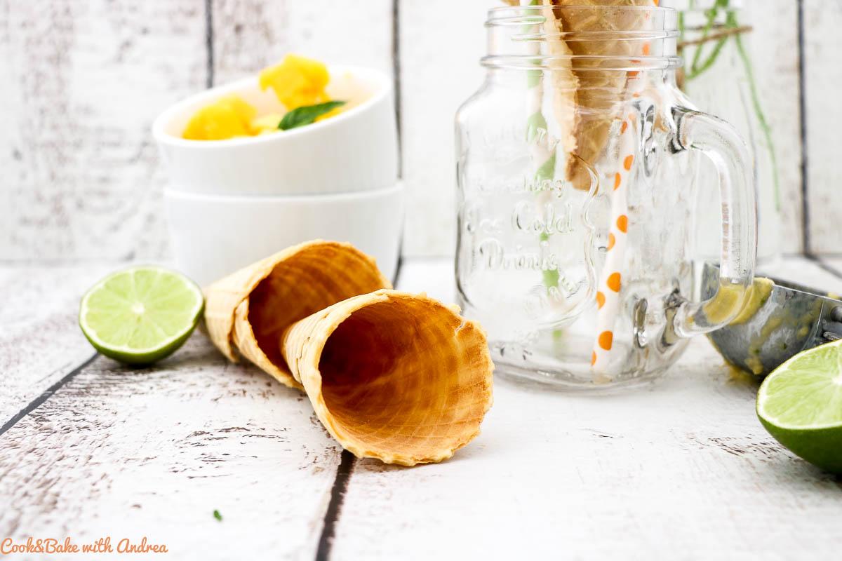Urlaub pur bekommt ihr mit diesem selbstgemachtem (veganen) Kokos-Mango-Eis mit Schwips dank Batida de Coco. Das einfache Rezept ohne Eismaschine findet ihr bei Cook&Bake with Andrea. Perfekt für heiße Sommertage.