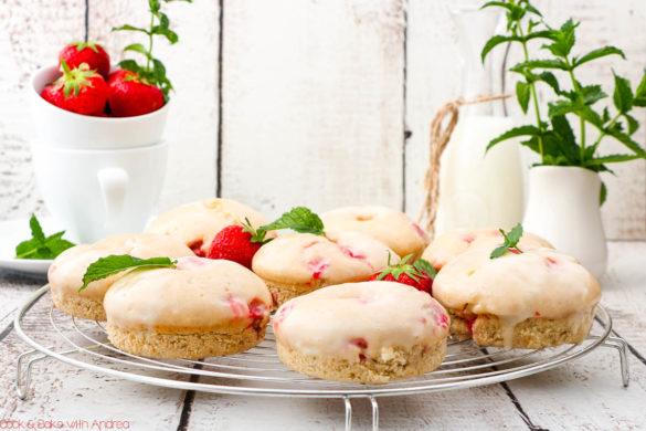 Im Sommer gehe ich nicht oft in die Küche und backe, aber wenn dann für ein fruchtig-frisches Gebäck wie diese Erdbeer-Donuts mit Frischkäse-Glasur aus dem Ofen. Das Rezept findet ihr auf dem Blog von Cook and Bake with Andrea.