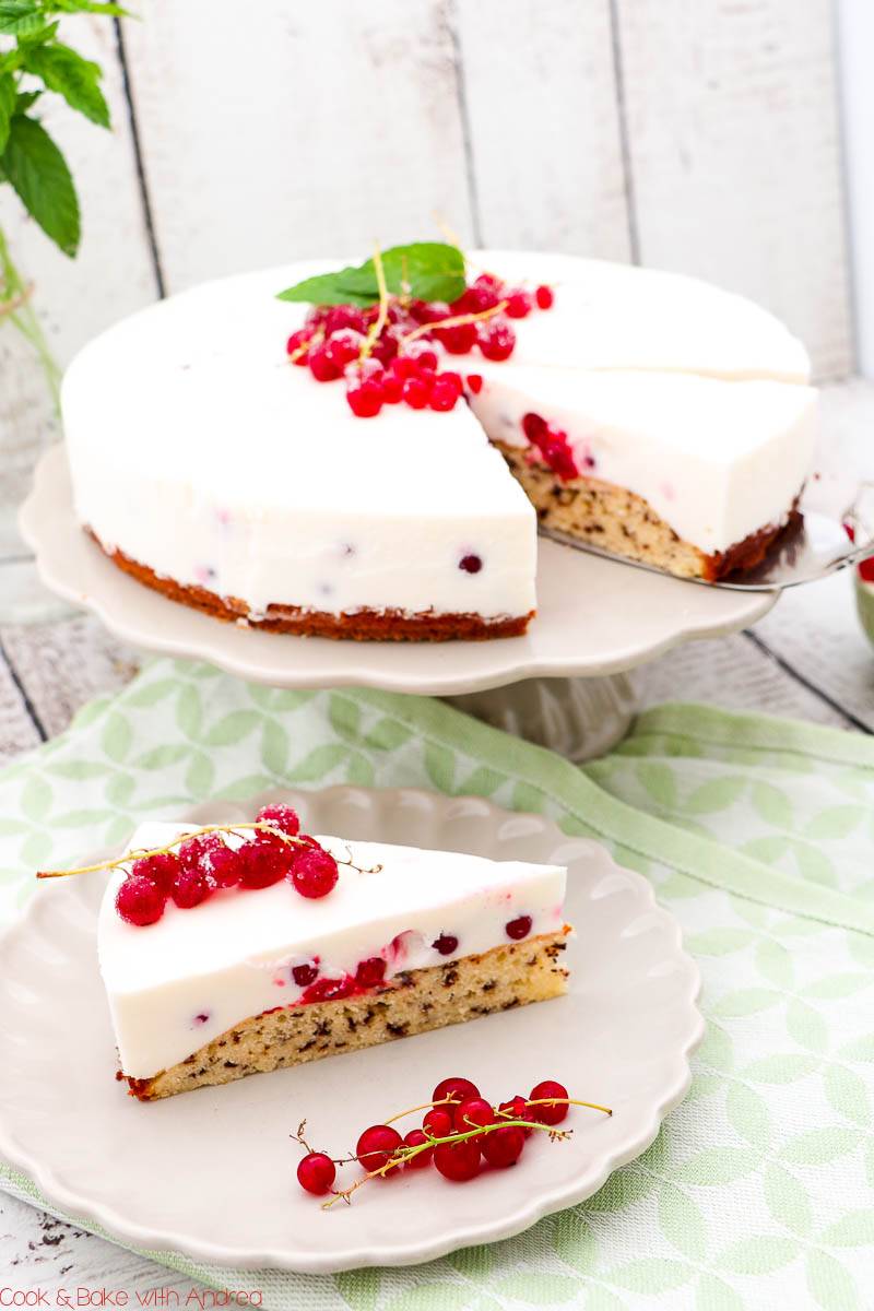 Im Sommer gehe ich nicht oft in die Küche und backe, aber wenn dann für ein fruchtig-frisches Gebäck wie diese Johannisbeer-Joghrt-Torte mit Rührteig. Das Rezept findet ihr auf dem Blog von Cook and Bake with Andrea.