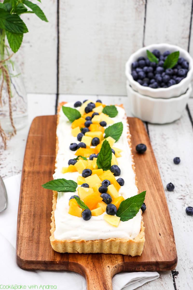Im Sommer muss etwas Frisches-Fruchtiges auf den Tisch, deswegen habe ich eine Kokos-Mango-Tarte mit Minze und selbstgemachtem Lemon Curd gebacken. Der Boden aus Mürbteig ist blitzschnell fertig, ebenso wie die Füllung. Das sommerlich leichte Rezept findet ihr bei Cook&Bake with Andrea.