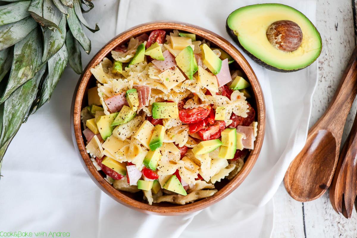 Nicht nur als leckere Grillbeilage ist mein Nudelsalat auf hawaiianische Art genau das Richtige, nein mit seinem frischen sommerlichen Dressing eignet er sich auch perfekt als Mittagessen to go.