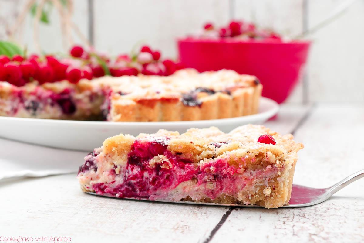 Diese fruchtige Beerentarte mit Frischkäse ist wie Sommer auf dem Teller! Das saisonale Rezept mit Mürbeteig findet ihr bei Cook and Bake with Andrea.