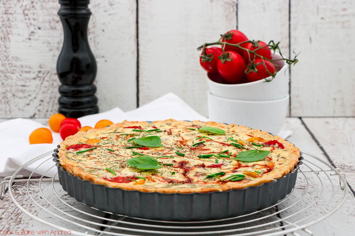 Im Spätsommer ist wieder Tomatenzeit! Deswegen habe ich mich an dieser Tomatenquiche mit Ziegenfrischkäse und Parmesanmürbeteig probiert. Das Rezept findet ihr bei Cook and Bake with Andrea.