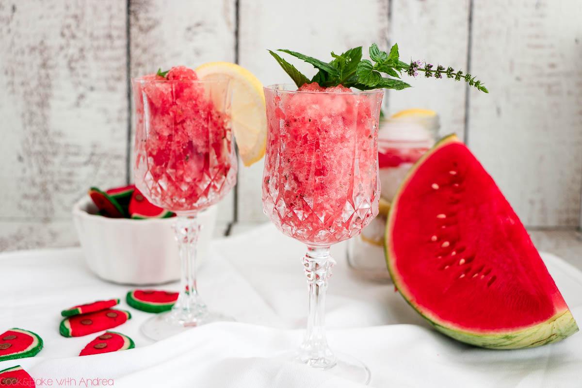 Das perfekte Sommergetränkt! Eine leichte fruchtige Wassermelonengranita mit Minze und Zitrone, super schnell zubereitet und auch perfekt im Sekt. Das mega einfache Rezept gibt´s bei Cook and Bake with Andrea.