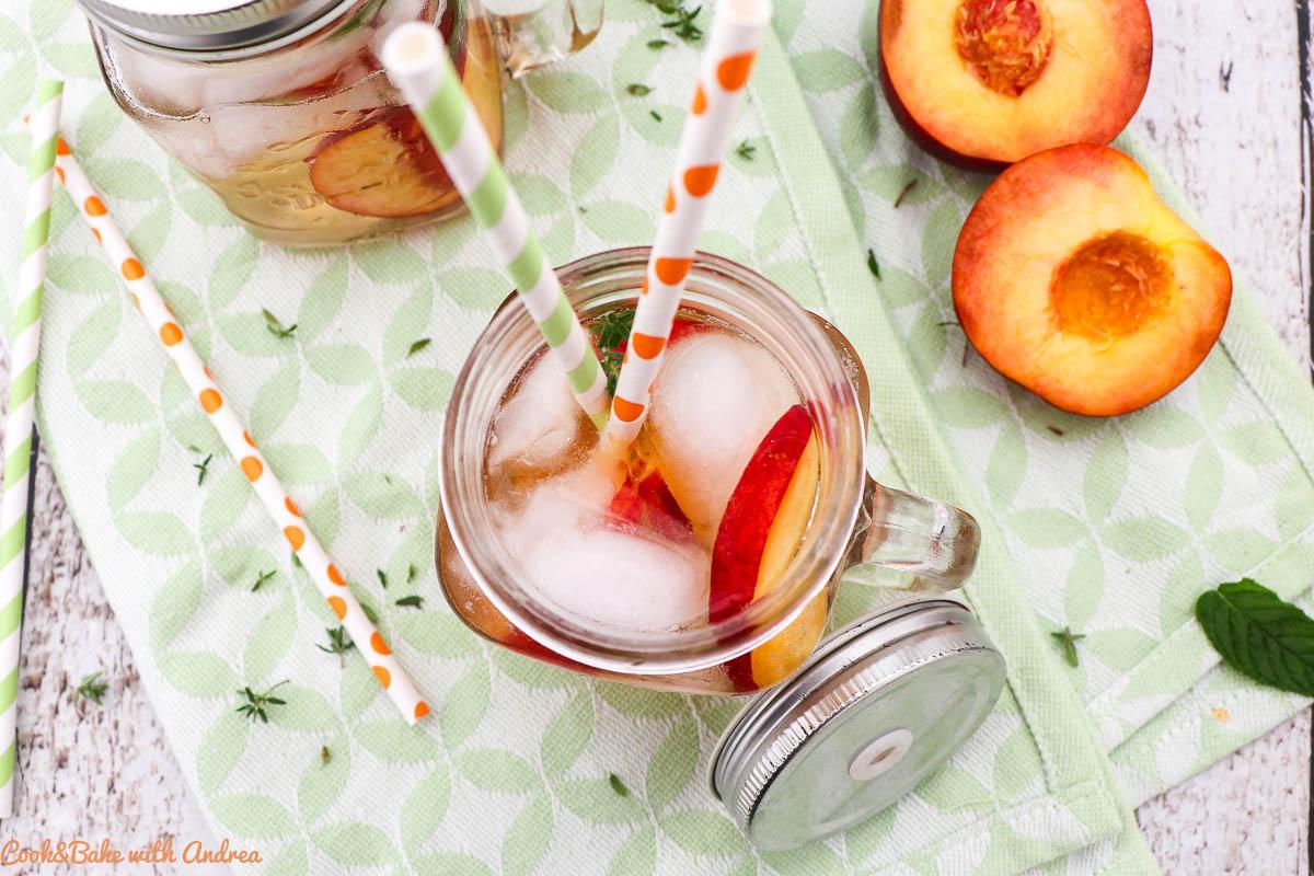 Im Sommer geht doch nichts über ein eisgekühltes Getränk. Da kommt das Rezept für meinen selbstgemachten weißen Pfirsich-Eistee genau richtig! Das mega einfache Rezept findet ihr bei Cook&Bake with Andrea.