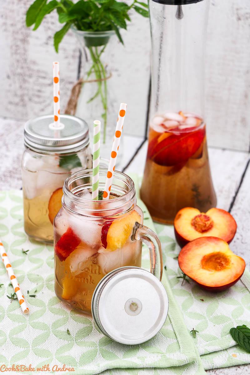 Im Sommer geht doch nichts über ein eisgekühltes Getränk. Da kommt das Rezept für meinen selbstgemachten weißen Pfirsich-Eistee genau richtig!