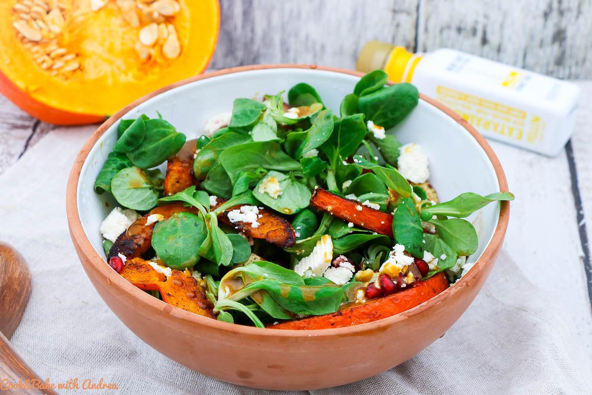 Der Herbst bietet so viele tolle Zutaten, wie zum Beispiel den Kürbis. Ich habe ihn im Ofen gebacken und auf meinen Salat gegeben, zusammen mit karamellisierter Birne, Granatapfel und Feta. Das schnelle herbstliche Rezept findet ihr auf Cook and Bake with Andrea.