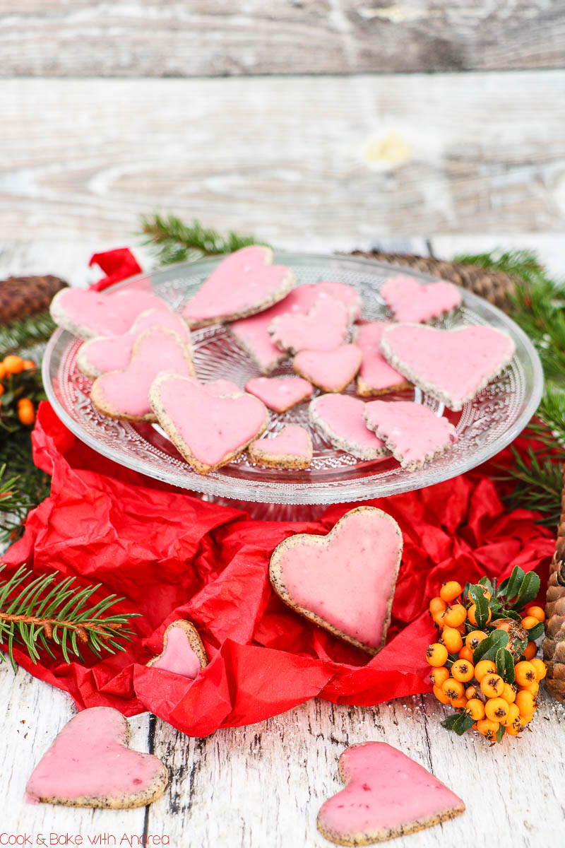 Die Weihnachtszeit ist die schönste Zeit und ich versüße sie mir mit jeder Menge Plätzchen, wie diese Mohnherzen mit Kirschguss. Das Rezept findet ihr auf dem Blog von Cook and Bake with Andrea.