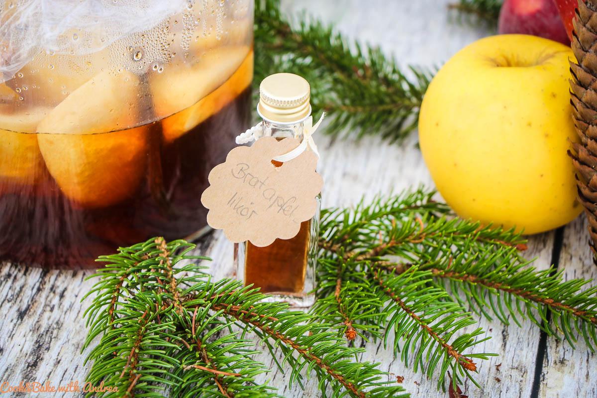 Den Liebsten eine Freude zu Weihnachten zu machen ist so einfach und zwar mit selbstgemachten Geschenken aus der Küche, so wie diesen Bratapfellikör. Das Rezept gibt´s auf dem Blog von Cook and Bake with Andrea.