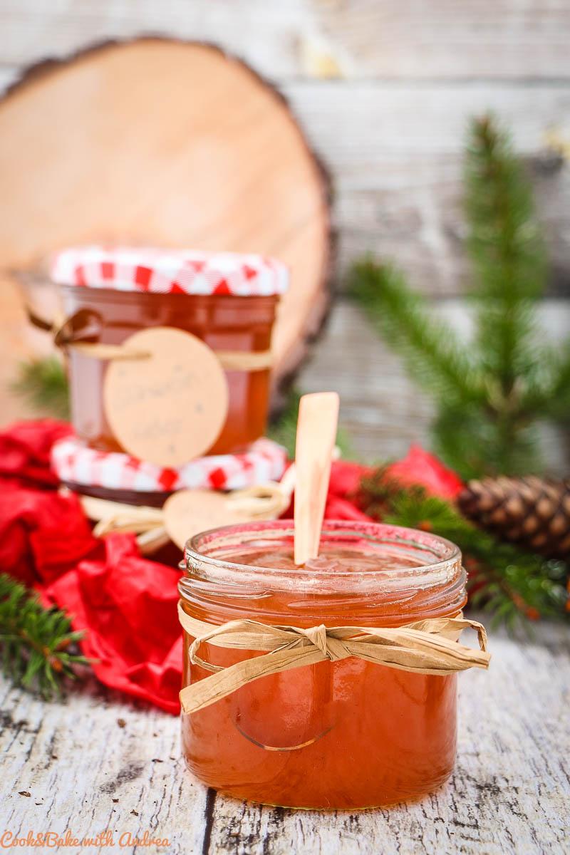 Den Liebsten eine Freude zu Weihnachten zu machen ist so einfach und zwar mit selbstgemachten Geschenken aus der Küche, so wie dieses Glühwein-Gelee. Das Rezept gibt´s auf dem Blog von Cook and Bake with Andrea.
