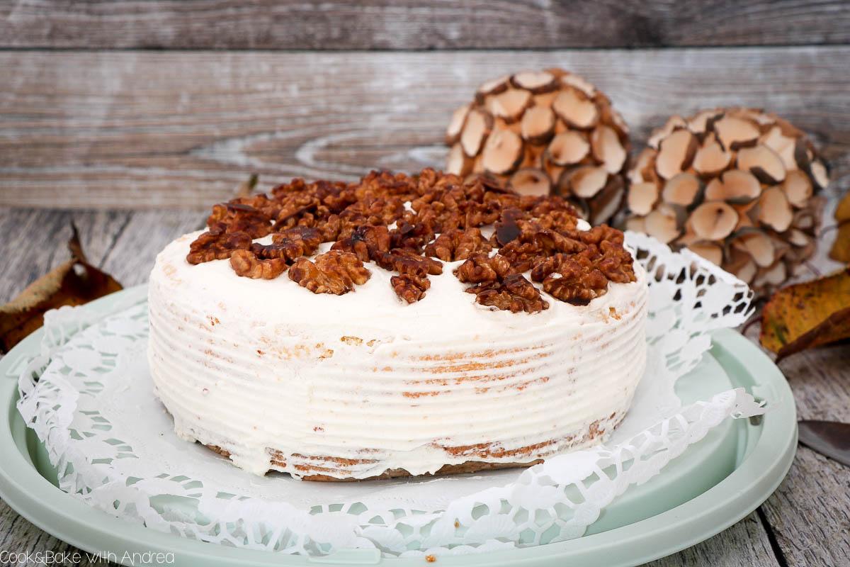 Preiselbeeren schmecken nicht nur in herzhaften Rezepten! Meine Walnusstorte mit Preiselbeersahne beweist es euch. Das einfache Tortenrezept passend für den Herbst findet ihr auf dem Blog von Cook and Bake with Andrea.
