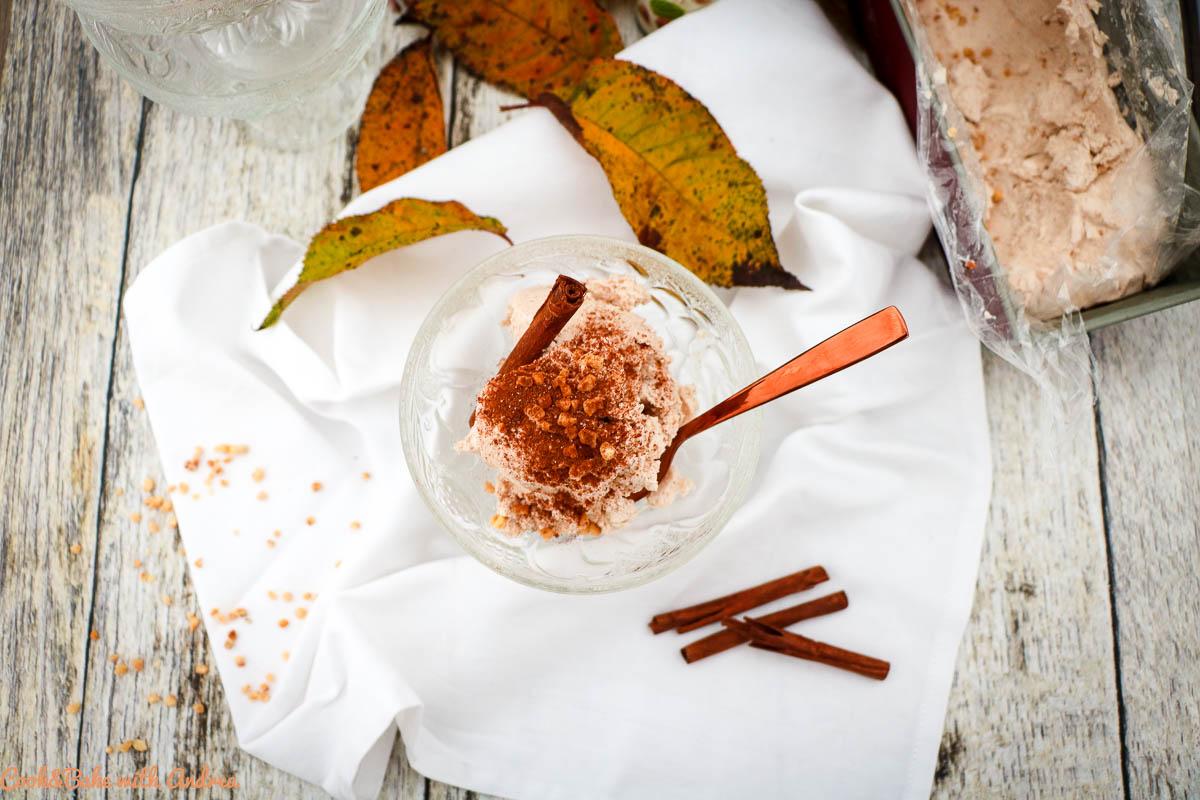 Auch im Herbst und Winter kann man leckeres Eis genießen, vor allem wenn man es so einfach und schnell ohne Eismaschine selber machen kann, wie mein Haselnusseis mit Zimt. Das Rezept findet ihr auf dem Blog von Cook and Bake with Andrea.