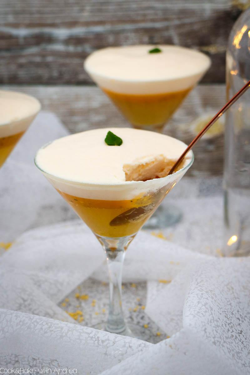Sekt immer nur zu trinken ist viel zu langweilig, deswegen habe ich ein goldenes Sekt-Schichtdessert im Glas gezaubert, das perfekt zu Silvester passt. Das winterlich-weihnachtliche Nachtisch-Rezept findet ihr auf dem Blog von Cook and Bake with Andrea.