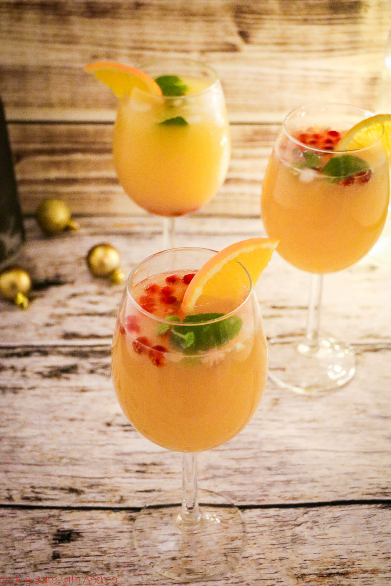 Egal ob zu Weihnachten, Silvester oder zum Geburtstag: Dieser fruchtige Cocktail (für Silvester) mit Orange, Granatapfel und Minze passt einfach immer! Das mega leichte Rezept findet ihr auf dem Blog von Cook and Bake with Andrea.