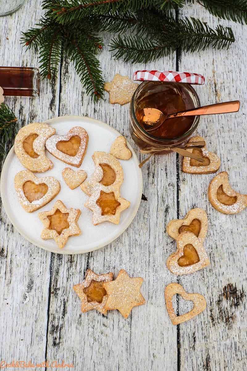 Die Weihnachtszeit ist die schönste Zeit und ich versüße sie mir mit jeder Menge Plätzchen, wie diese Spitzbuben gefüllt mit selbstgemachtem Glühweingelee. Das Rezept findet ihr auf dem Blog von Cook and Bake with Andrea.