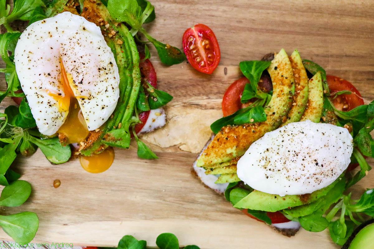 Abends darf es gerne ein kleiner gesunder Snack sein, wenn das Mittagessen schon kalorienreich war. Deswegen findet ihr hier mein Standard-Rezept für ein gesundes Sandwich mit selbstgemachter Joghurt-Knoblauch-Soße. Das einfach Rezept mit Geheimtipps und einem Gewinnspiel findet ihr auf dem Foodblog von Cook and Bake with Andrea. #snack #sandwich #gesund #pochiertesei #selbstgemacht