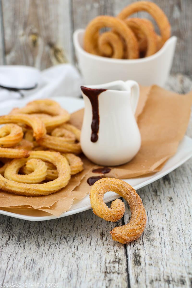 Der spanische Klassiker in neuem Gewand und mit viel weniger Fett. Diese leckere Churrospiralen sind im Nu gebacken und so gut! Perfekt um jemanden zu überraschen, zum Beispiel zum Valentinstag. Das Rezept gibts bei Cook and Bake with Andrea.