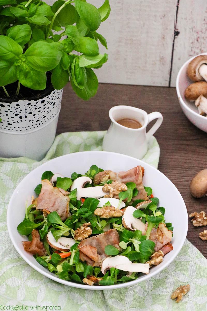 Auch im Winter ist Salat bei mir nicht wegzudenken, vor allem wenn er mit knusprigem Speck und einem fruchtigem Dressing serviert wird. Das mega schnelle und einfache Rezept findet ihr auf dem Blog von Cook and Bake with Andrea.